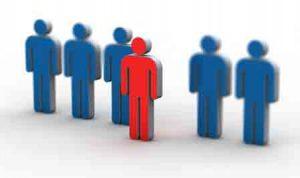 Mehrere Platzhalter für Personen sind in der gleichen Größe nebeneinander aufgestellt. Eine Person in roter Farbe steht im Vordergrund. Sie stellt die Auswahl dar.