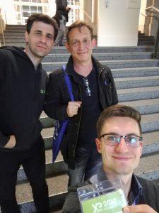 solvistas-agile-Team: Josef Weinberger, Dettmer Strutz und Rico Pommerenke vor dem Eingang der Konferenz