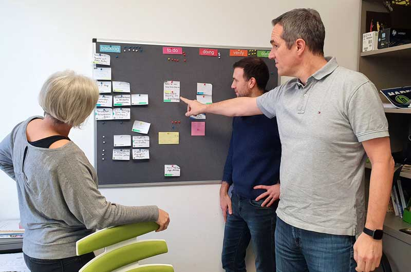 agiles Board mit scrum tasks, Marektingteam bespricht diese tasks.